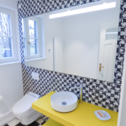 Bad Spiegel groß gelbe Glasmöbel