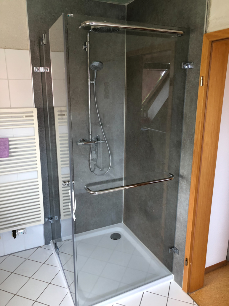 Dusche Ecke mit Handtuchhalterung