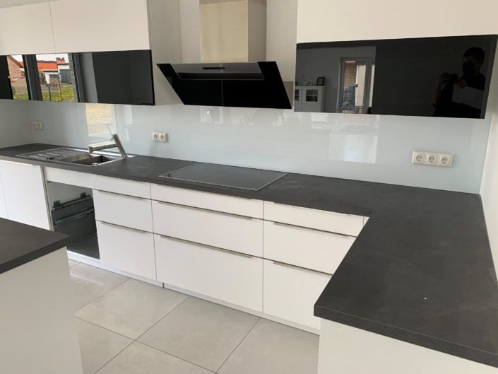 Küche mit Rückwand weiß