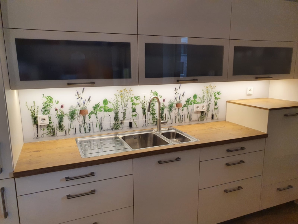 Küche mit Rückwand Kräuter
