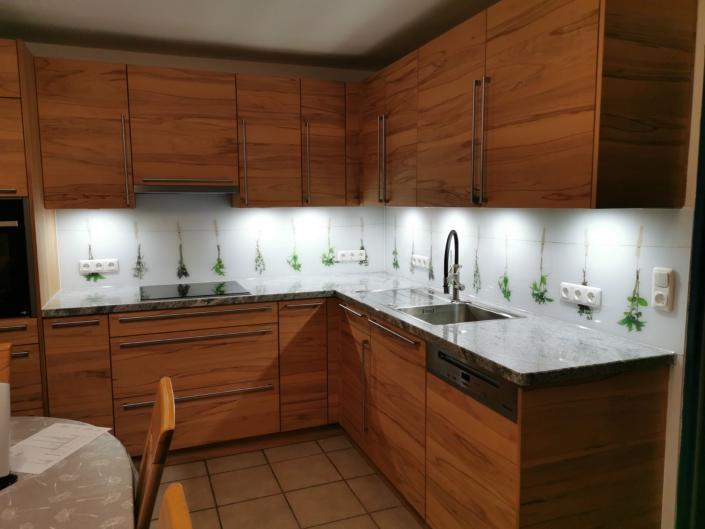 Küche braun mit Rückwand Kräuter