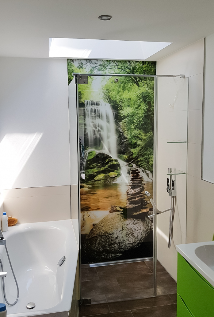Dusche mit Wasserfall als Glasrückwand